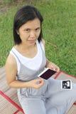 Asiatiska gravida kvinnor showultraljud somfilmen behandla som ett barn bilden på henne, är Royaltyfri Foto