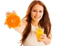 asiatiska härliga caucasian dricka apelsiner för blandad modell för fruktsaft orange race uppvisning av le kvinnabarn Ung beaut Royaltyfri Foto