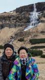 Asiatiska höga par reser till Icealand, den Europa turen efter reträttsignal royaltyfria bilder