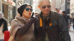 Asiatiska höga par som har gyckel i Europa avgångårsdag arkivfoto
