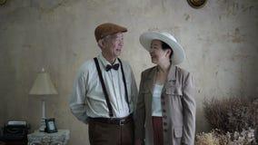 Asiatiska höga par som ler retro stil för klänningtappning i lyx arkivfilmer