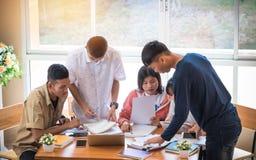 Asiatiska högskolagrupper av studenter som använder bärbara datorn, minnestavla som studerar Arkivbilder