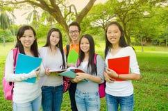 Asiatiska högskolestudenter Arkivbild