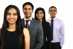 Asiatiska indiska affärsmän och affärskvinna i en grupp Arkivfoto