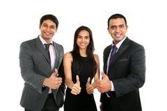 Asiatiska indiska affärsmän och affärskvinna i grupp med tummar upp Arkivbilder