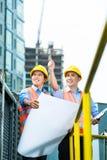 Asiatiska indonesiska byggnadsarbetare på byggnadsplats Arkivbild