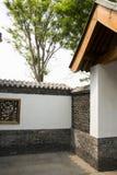 Asiatiska kinesiska antika byggnader, vita väggar, tegelplattor och träfönster Royaltyfri Foto