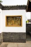 Asiatiska kinesiska antika byggnader, vita väggar, tegelplattor och träfönster Royaltyfria Bilder
