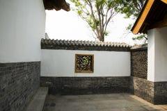 Asiatiska kinesiska antika byggnader, vita väggar, tegelplattor och träfönster Royaltyfria Foton