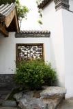 Asiatiska kinesiska antika byggnader, vita väggar, tegelplattor och träfönster Fotografering för Bildbyråer