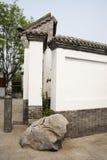 Asiatiska kinesiska antika byggnader, vita väggar, tegelplattor och träfönster Arkivbilder