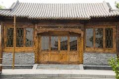 Asiatiska kinesiska antika tegelplattor för byggnads_-grå färger, trädörrar och fönster Arkivfoto