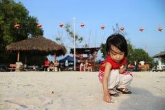 Asiatiska kinesiska barn som spelar sand Arkivbilder