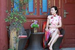 Asiatiska kinesiska flickor bär cheongsam tycker om ferie i forntida stad för lijiang Royaltyfri Bild