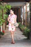 Asiatiska kinesiska flickor bär cheongsam tycker om fri tid i forntida stad Arkivfoto
