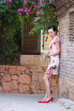 Asiatiska kinesiska flickor bär cheongsam tycker om fri tid i forntida stad Arkivbilder