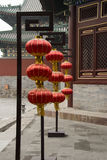 Asiatiska kinesiska forntida byggnader och röda lyktor Royaltyfri Fotografi