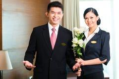 Asiatiska kinesiska gäster för storgubbe för hotellchef välkomnande Arkivbild
