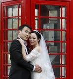 Asiatiska kinesiska par i bröllopsklänning Arkivbild