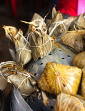 Asiatiska kinesiska risklimpar på korgen, te på bakgrund Royaltyfri Foto