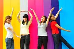 asiatiska kinesiska roliga flickor grupperar att ha tillsammans royaltyfri fotografi