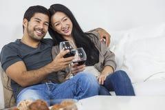 Asiatiska kinesiska romantiska par som dricker vin Arkivfoton