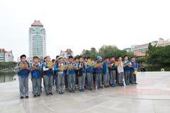 Asiatiska kinesiska studenter som läser en bok Nio fokus royaltyfri fotografi