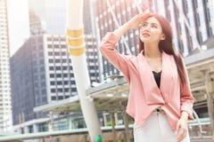 Asiatiska kontorskvinnor flår skada från den UV solen arkivbilder