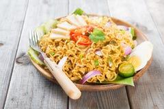 Asiatiska kryddiga stekte ögonblickliga nudlar för curry Royaltyfria Bilder