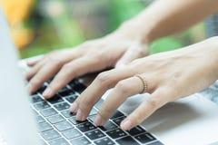 Asiatiska kvinnahänder och den att gifta sig cirkeln har att trycka på och att skriva på la arkivbild