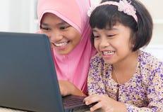 Asiatiska kvinnliga surfa internet Arkivfoto