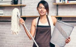 Asiatiska kvinnor är avfall Arkivfoto