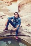 Asiatiska kvinnor är i ett avkopplat Arkivfoton