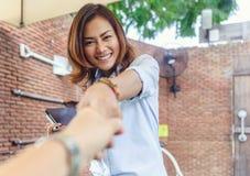 Asiatiska kvinnor är lyckliga Royaltyfria Bilder