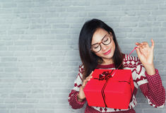 Asiatiska kvinnor är lyckliga att motta en gåvaask Fotografering för Bildbyråer