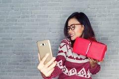 Asiatiska kvinnor är lyckliga att motta gåvor Fotografering för Bildbyråer