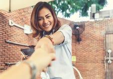 Asiatiska kvinnor är lyckliga med hälsningen Fotografering för Bildbyråer