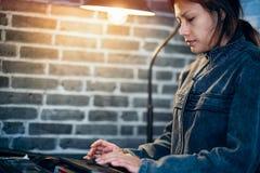 Asiatiska kvinnor arbetar Arkivbild