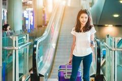 Asiatiska kvinnor bar bagage runt om den internationella flygplatsen arkivfoton