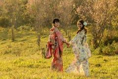 Asiatiska kvinnor för par som bär den traditionella japanska kimonot Royaltyfria Foton