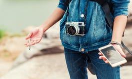Asiatiska kvinnor har använt översikter Arkivfoto