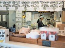 Asiatiska kvinnor i organiskt kafé på det Yanaka området Arkivbild