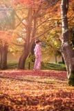 Asiatiska kvinnor i traditionell japansk kimono på den japanska zenen arbeta i trädgården Royaltyfri Bild
