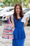 Asiatiska kvinnor på att rymma mycket shoppingpåse i toppen marknad Royaltyfri Fotografi