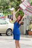 Asiatiska kvinnor på att rymma mycket shoppingpåse i toppen marknad Arkivbilder