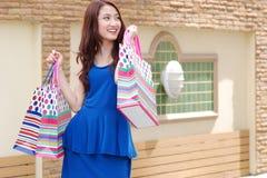 Asiatiska kvinnor på att rymma mycket shoppingpåse i toppen marknad Arkivfoton