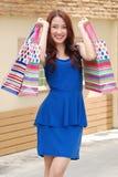 Asiatiska kvinnor på att rymma mycket shoppingpåse i toppen marknad Royaltyfria Bilder