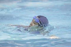 Asiatiska kvinnor simmar i pölen royaltyfri fotografi