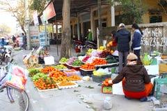 Asiatiska kvinnor som säljer frukt i marknaden Royaltyfri Bild