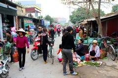 Asiatiska kvinnor som säljer frukt i marknaden Arkivbild